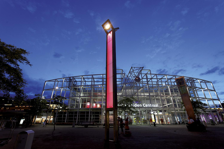 Station Leiden Centraal met monumentale verlichting