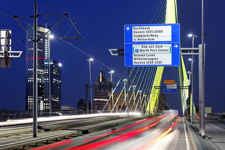De Erasmusbrug in Rotterdam met verlichting van de ANWB borden