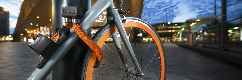 productfoto van AXA Foldable fietslot op het plein voor Rotterdam CS